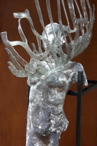 tors van brons vleugel glas.jpg