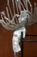 tors van brons en glas op ijzeren staander