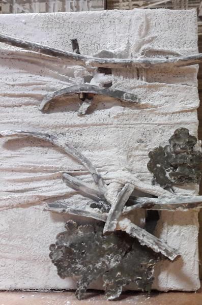 schilderijtje met gipsverband en brons voor houten achtergrond.jpg