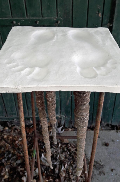 voeten van keramiek biscuit gebakken met wortels van karton op ijzeren standaard.jpg