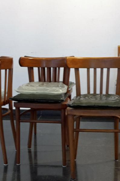 opstelling stoelen voor de expositie III.jpg